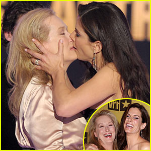 Meryl Streep & Sandra Bullock Kiss & Tie at Critics' Choice Awards