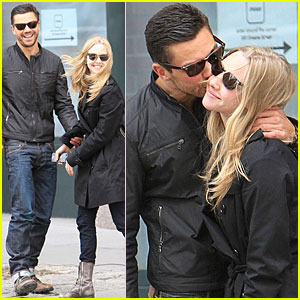 Amanda Seyfried & Dominic Cooper: Kiss Kiss!
