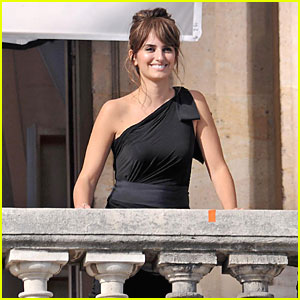 Penelope Cruz: Balcony Birthday Girl!