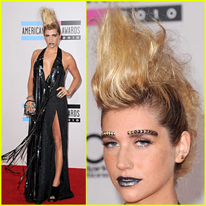 Kesha: Studded Eyebrows at AMAs 2010!