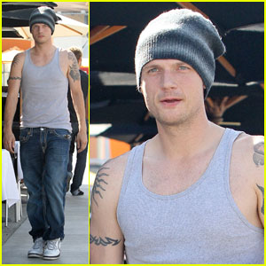 Nick Carter: Serenading A Fan At The Airport!