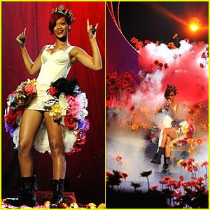 Rihanna's EMAs Performance -- VIDEO