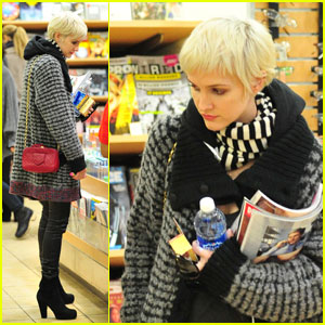 Ashlee Simpson: Ringless LAX Departure