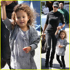 Halle Berry: Grocery Shopping with Nahla!