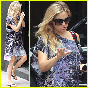 Kate Hudson: Baby Bump in Brazil!