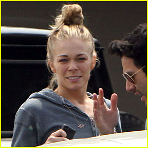 LeAnn Rimes Loves Girl Scout Cookies!
