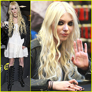 Taylor Momsen: CD Signing in New York City!