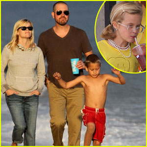Reese Witherspoon & Jim Toth: Beach with Ava & Deacon!