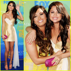 Selena Gomez & Demi Lovato - Teen Choice Awards 2011 Red Carpet