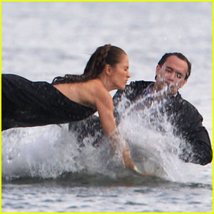 Minka Kelly Makes a Splash!