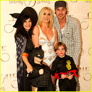 Britney Spears & Family: Halloween in London!