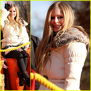 Avril Lavigne: 'Wish You Were Here' Parade Performance!