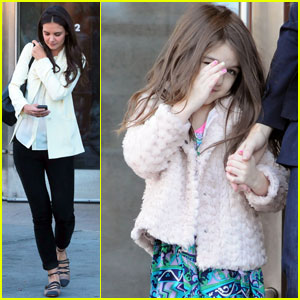Katie Holmes: Suri Plays Peekaboo With Photographers