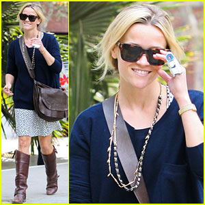 Reese Witherspoon: Broken Finger Blues?