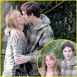 Jennifer Lawrence & Nicholas Hoult: Kiss Kiss!