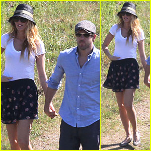 Blake Lively & Ryan Reynolds: Holding Hands Before Picnic!