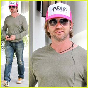 Gerard Butler: Pink 'Peak' Cap!
