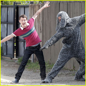 Elijah Wood is 'Singin' in the Rain'!