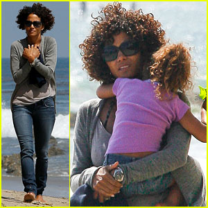 Halle Berry & Nahla: Beach Beauties!