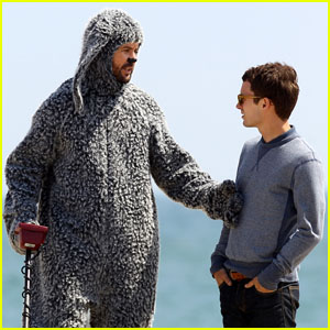 Elijah Wood: 'Wilfred' Shoot at the Beach!