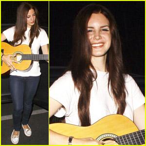 Lana Del Rey: Impromptu Concert on Hollywood Boulevard!