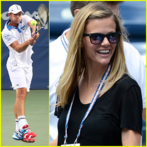 Brooklyn Decker Cheers on Andy Roddick at U.S. Open!