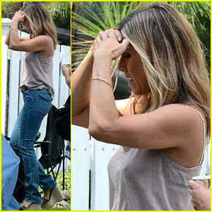 Jennifer Aniston: No Engagement Ring on 'Millers' Set