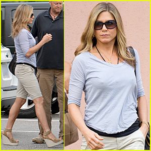 Jennifer Aniston: 'The Campaign' Showing!