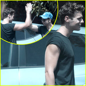 Jonathan Groff &#038; Skylar Astin: High Five!