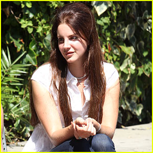 Lana Del Rey: Chatty at the Chateau!