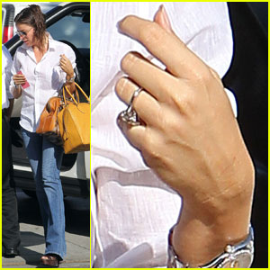 Sofia Vergara: Engagement Ring At 'Modern Family' Photo Shoot