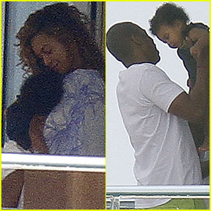 Beyonce  Blue  on Beyonce Cuddles Her Adorable Baby Girl Blue Ivy While On A Yacht