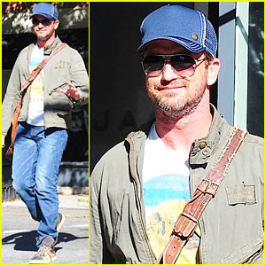 Gerard Butler: West Village Walk
