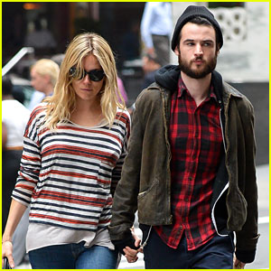 Sienna Miller & Tom Sturridge: Holding Hands in New York!