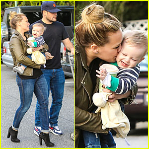 Hilary Duff & Mike Comrie: Grocery Store Kisses for Luca!