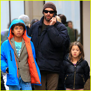 Hugh Jackman: Christmas Eve Shopping with Oscar &#038; Ava!