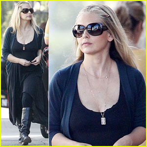 Sarah Michelle Gellar: Running Errands in Santa Monica!