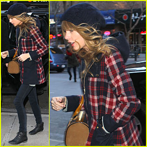 Taylor Swift Receives Scrabble Board for Christmas!