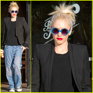 Gwen Stefani: Baggy Jeans at Starbucks