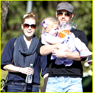 Amy Adams & Darren Le Gallo: Toy Shopping with Aviana