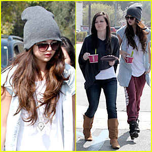 Selena Gomez: Frozen Yogurt with a Gal Pal!