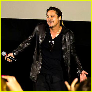 Brad Pitt Surprises Third 'World War Z' Crowd in One Day!