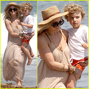 Ashlee Simpson: Beach Stroll After Sister Jessica's Birth News!