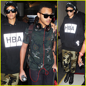 Rihanna: LAX Arrivial with the Family!