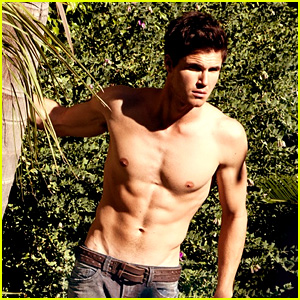 Robbie Amell: Shirtless for 'Bello' Feature!