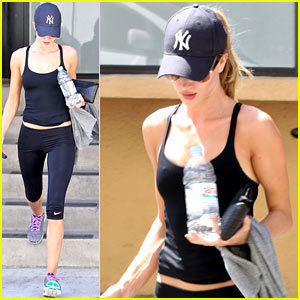 Rosie Huntington-Whiteley Flashes Toned Torso at the Gym!