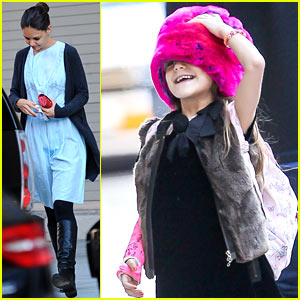 Katie Holmes Writes 'I Love You' Message on Suri's Arm Cast!