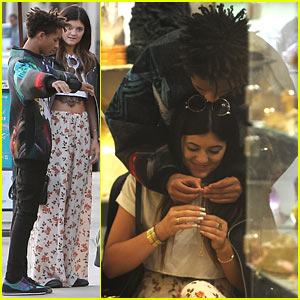 [Image: jaden-smith-kylie-jenner-share-cute-mome...opping.jpg]