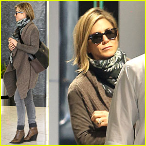 Jennifer Aniston Rocks Short Hair for Skin Care Clinic!