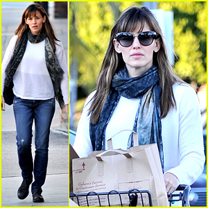 Jennifer Garner Does Her Last Minute Thanksgiving Shopping